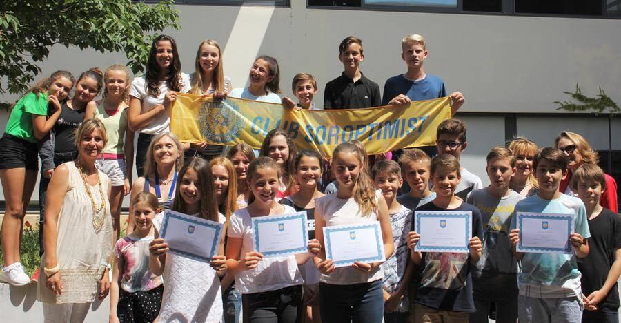 Les élèves de la 5e C du collège Niki de Saint Phalle montrent fièrement leur dîplome.