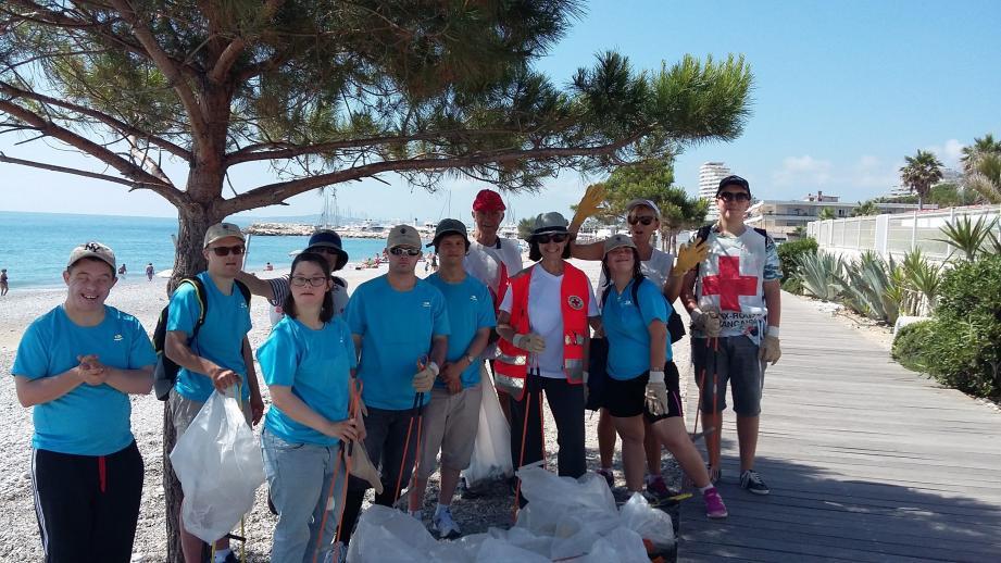 Les bénévoles ont sillonné le littoral villeneuvois pour le débarrasser des détritus et mégots de cigarettes.
