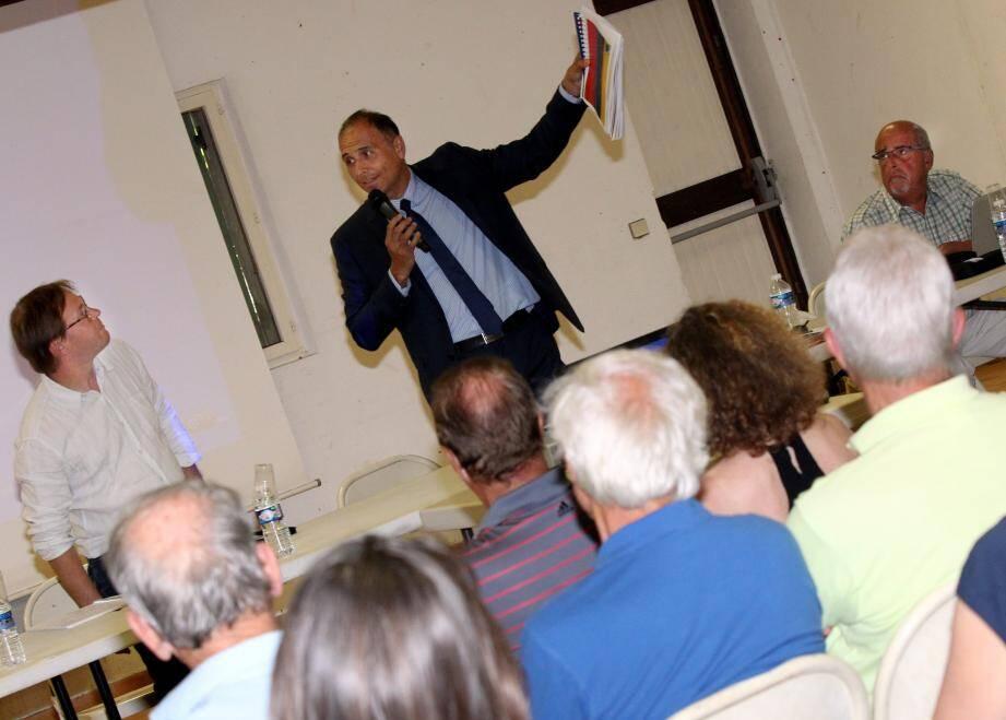 Julien Bertrand (à gauche), urbaniste pour le bureau d'étude Citadia, a présenté les évolutions apportées au PLU de La Colle-sur-Loup, mardi soir dans la salle du Jeu-de-Paume.