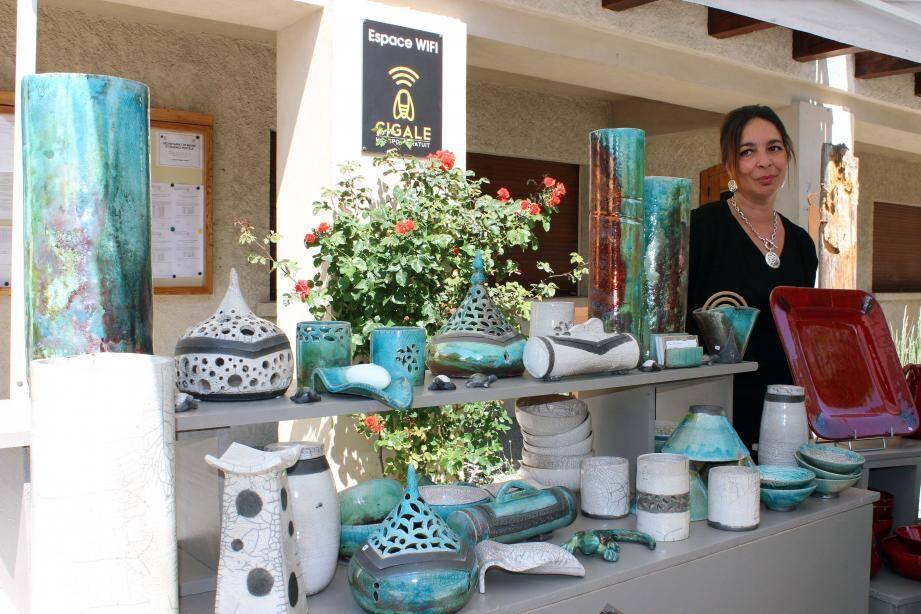 Lila Khoulalène-Tazrart s'implique dans la vie locale et y participe activement en exposant ses œuvres dès que possible.