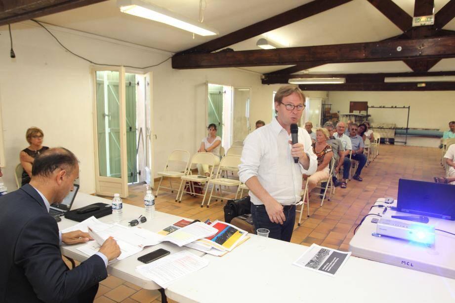 Julien Bertrand, urbaniste, a présenté le PLU et répondu aux questions des Collois aux côtés du maire, Jean-Bernard Mion.