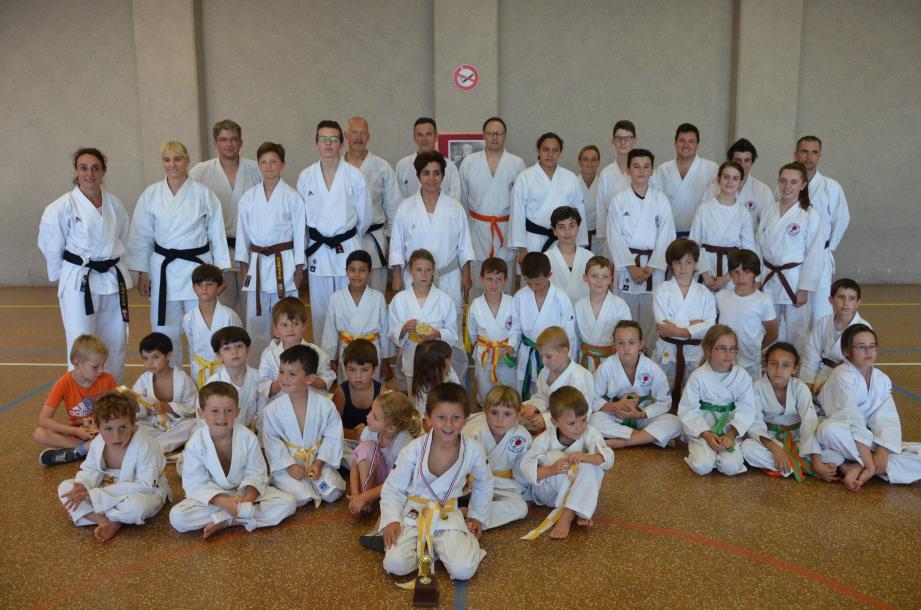 Une partie des 70 membres de l'ASCT Karaté avec Muriel Mercier (à gauche) et l'entraîneur, Sandra Gouasmia, au centre.