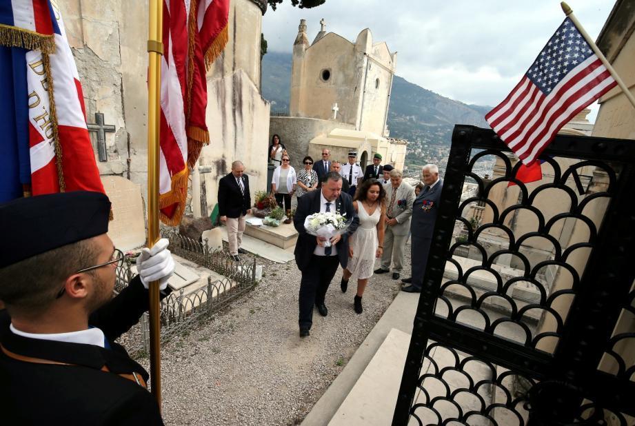 Une gerbe de fleurs a été déposée sur la tombe du diplomate américain.