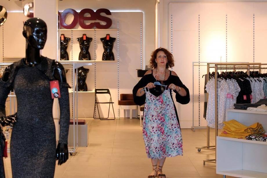 Isabelle Perrot ouvre une boutique Versace 19.69 à Villeneuve le 1er juillet : la première en France pour la marque italienne de prêt à porter haut de gamme.