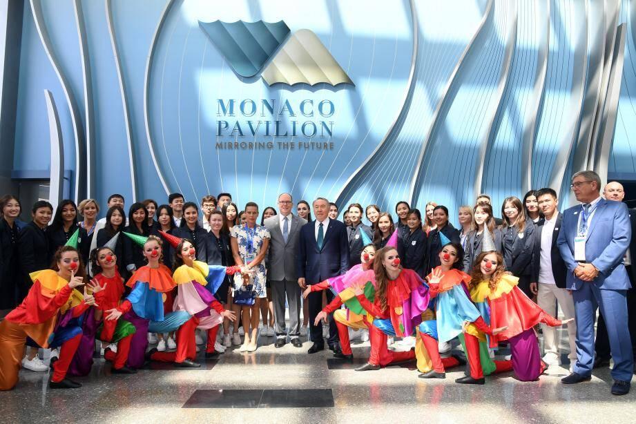 Le président kazakh Noursoultan Nazarbaïev a été accueilli, hier midi, au Pavillon de Monaco à Astana, par le souverain et la princesse Stéphanie, au rythme du cirque.