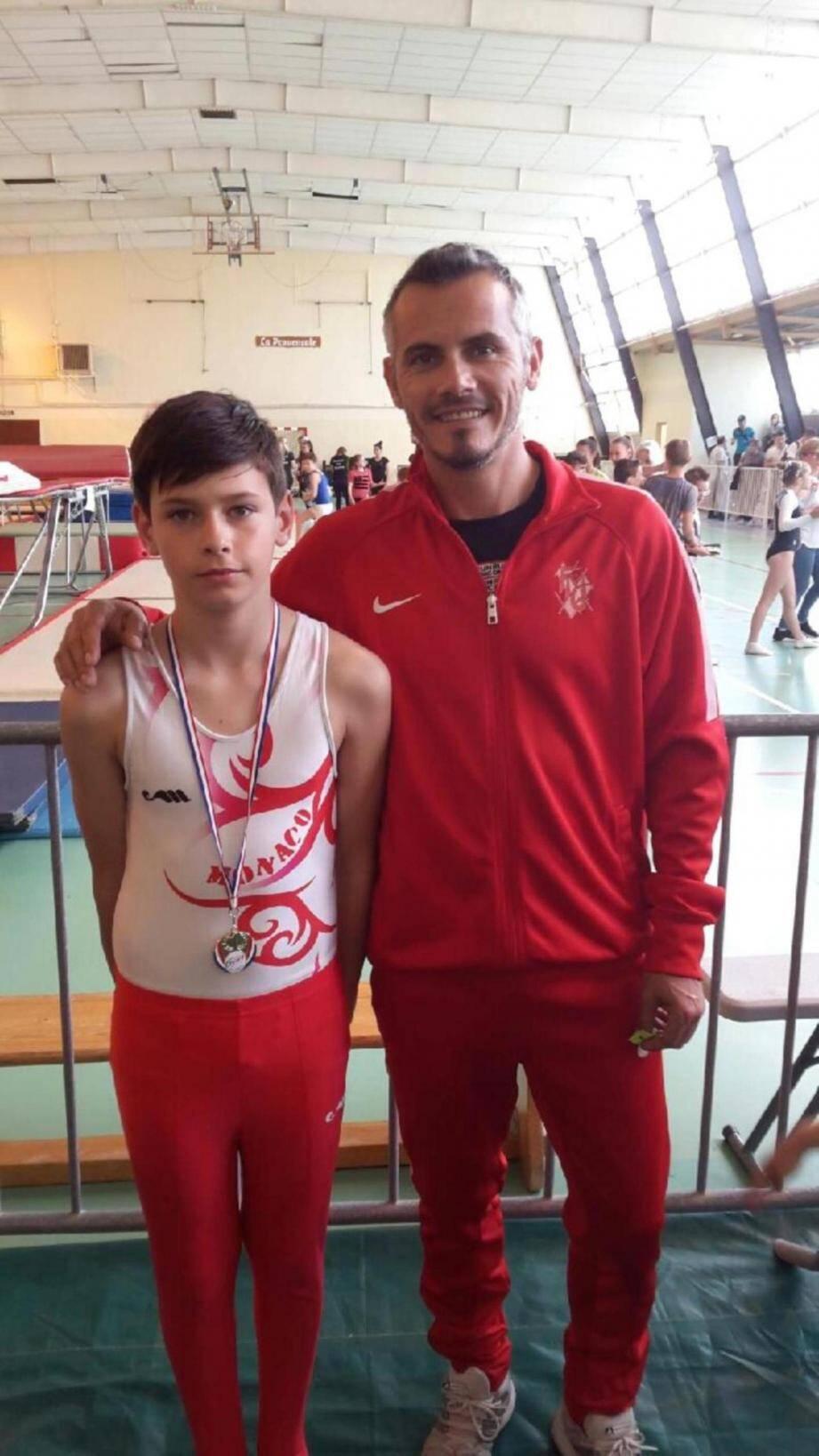 Le jeune Lorenzo, ici à côté de son entraîneur, obtient une magnifique médaille d'or lors de la Coupe régionale dans la catégorie 11-12 ans.