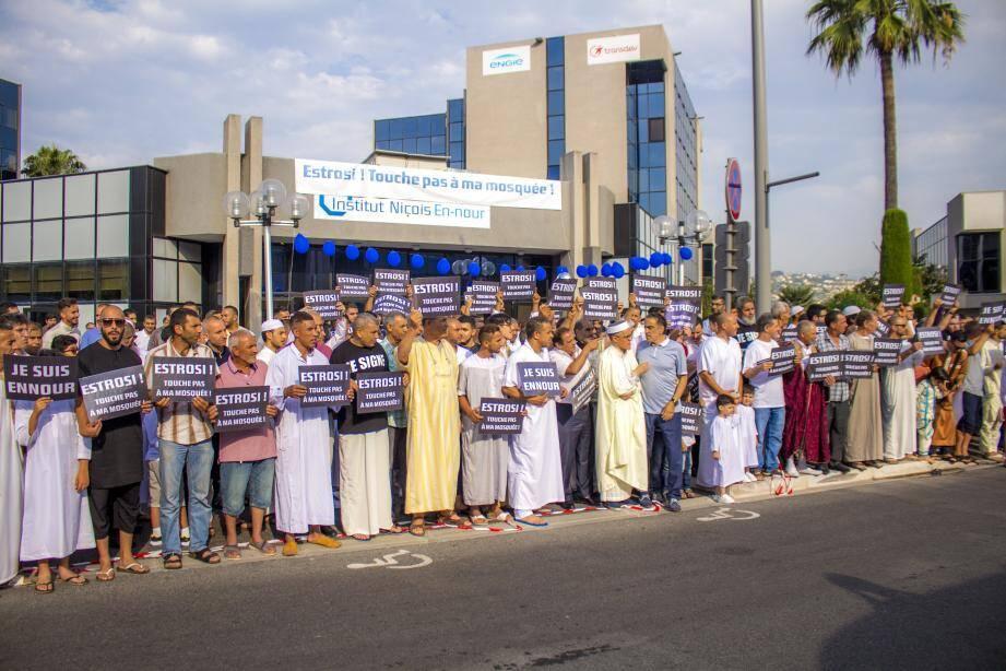 Plusieurs centaines de fidèles étaient venus protester.