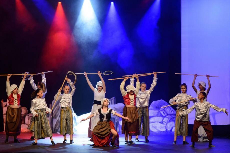 De somptueux costumes et décors pour un spectacle de trois heures, qui a présenté de très nombreux tableaux, ici une scène tricolore de la Révolution française.
