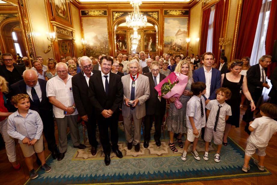 À la villa Masséna, le biochimiste a reçu les insignes de la Croix de Commandeur dans l'Ordre de la Légion d'honneur.