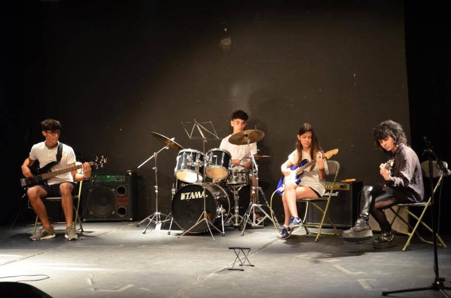 L'Atelier Rock jouant entre autres, « Smell like teen spirit » de Nirvana, plonge le public complètement dans l'ambiance !