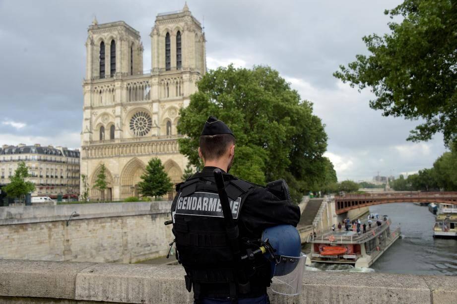 Un gendarme devant la cathédrale Notre-Dame de Paris, ce lundi 6 juin.