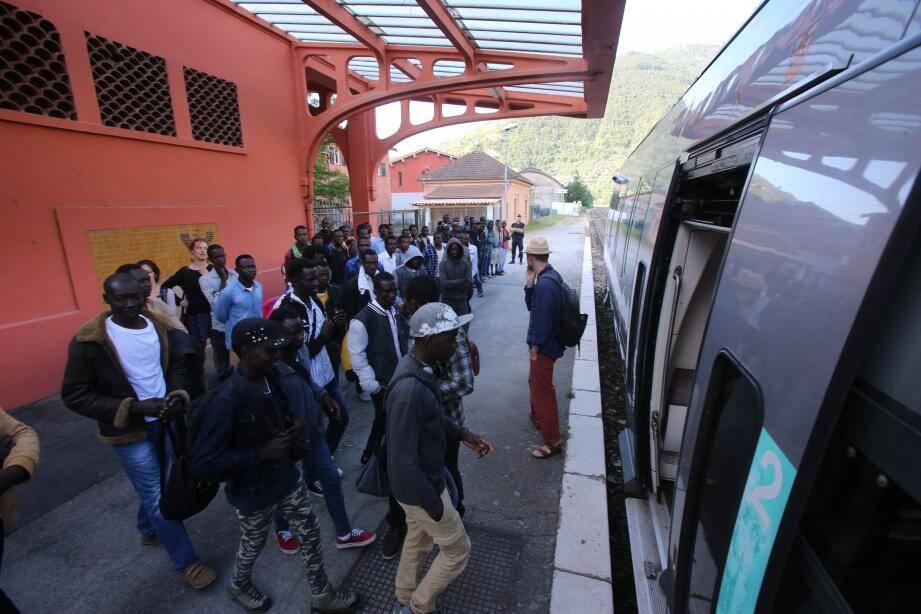 Des migrants à la gare de Breil-sur-Roya