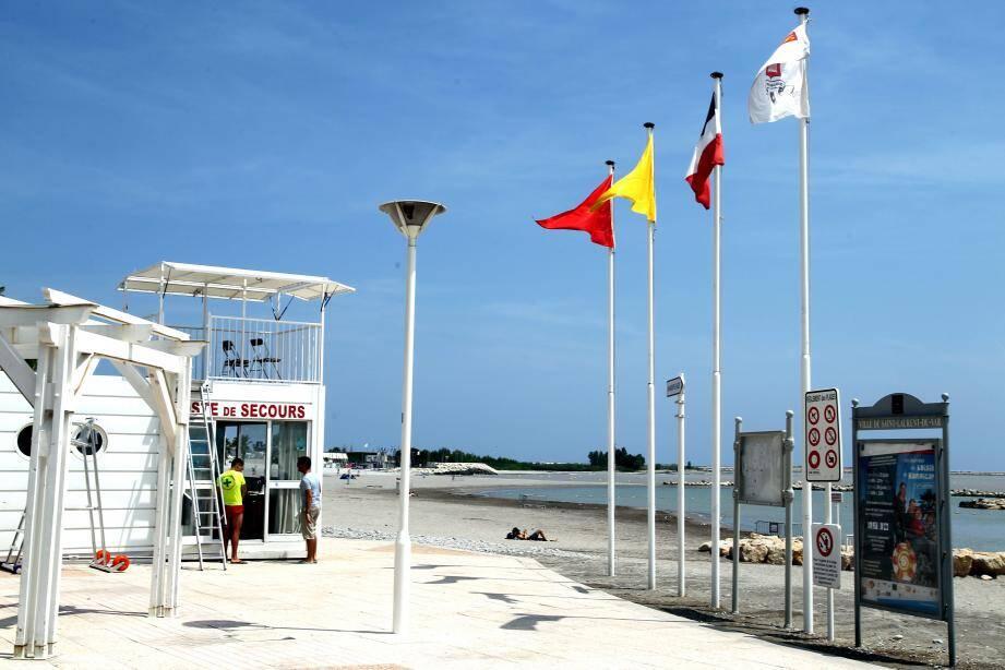 Le drapeau rouge est encore présent sur les plages laurentines ce lundi (image d'illustration).