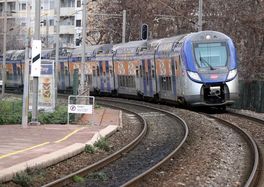 Un TER en gare de Nice Riquier.