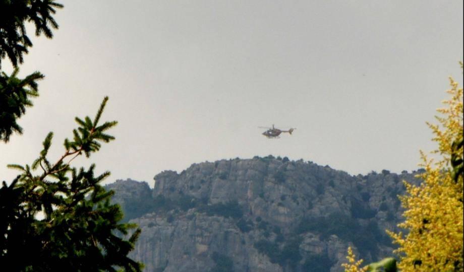 Deux hélicoptères sont toujours au dessus de la zone concernée, ce mercredi en début d'après-midi.