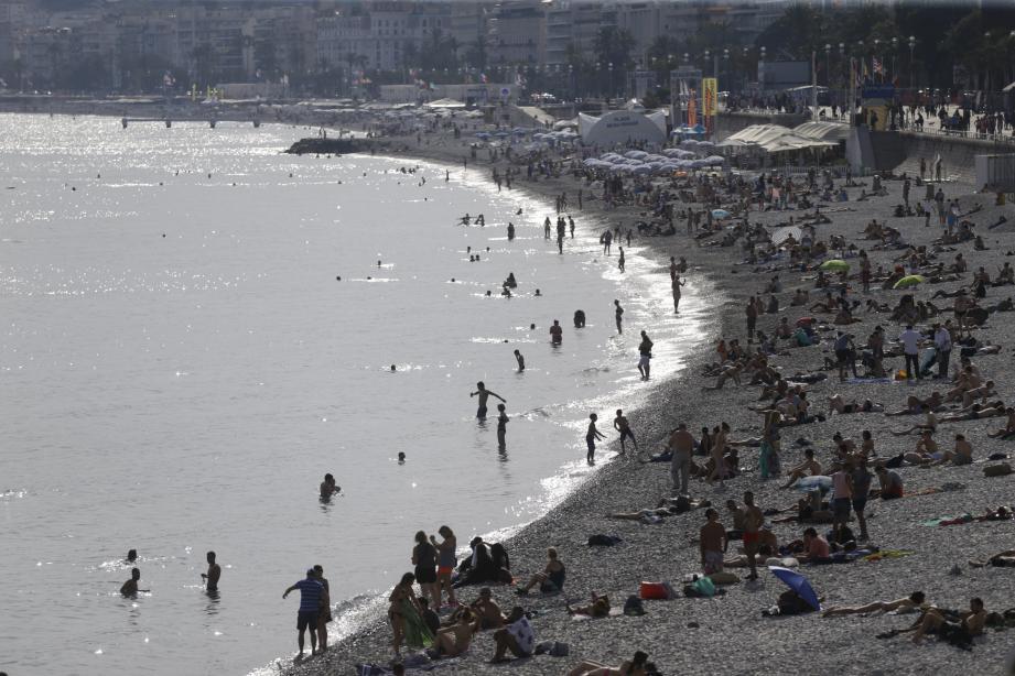 La présence dans l'eau de particules brunes, non identifiées, n'empêche pas les vacanciers de se baigner.