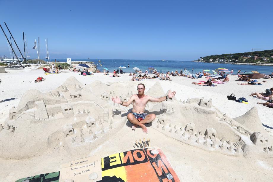 Sculture de sable sur la plage de la Salis d'Antibes.