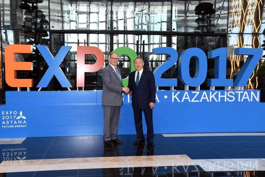 Le souverain et le président du Kazakhstan, Noursoultan Nazarbaïev, complices hier à Astana.