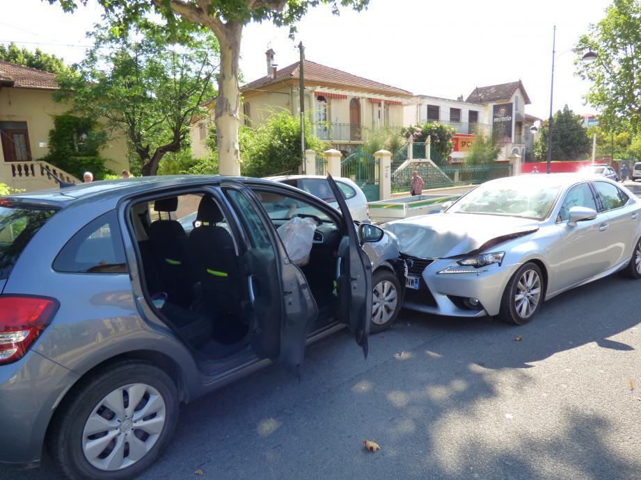 Choc frontal entre deux voitures à Draguignan.