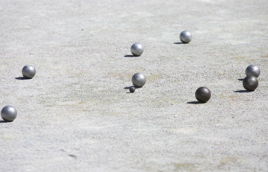 Les boules ont occasionné cinq fractures à la victime.