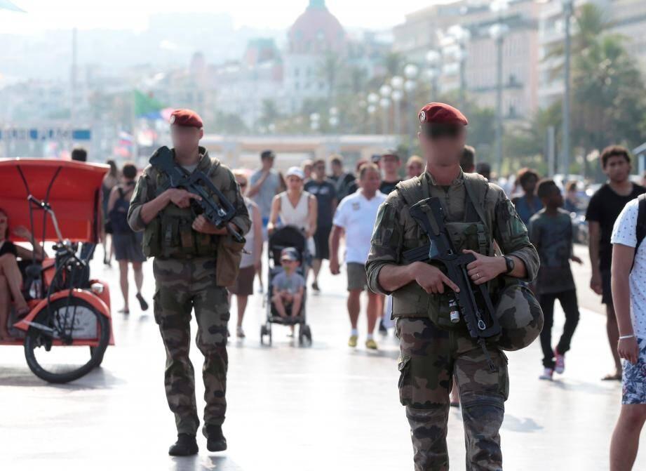 Patrouille de militaires sur la promenade des anglais.