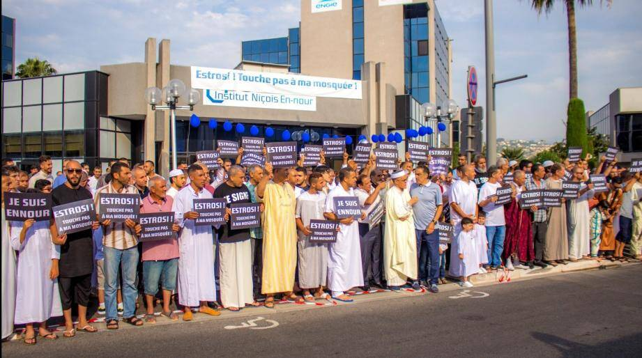 """Les fidèles musulmans arboraient des pancartes: """"Estrosi, Touche pas à ma mosquée""""."""
