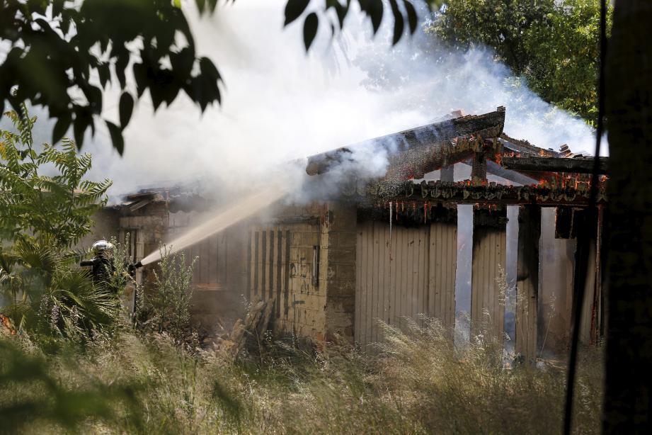 L'incendie s'est déclaré à la mi-journée.