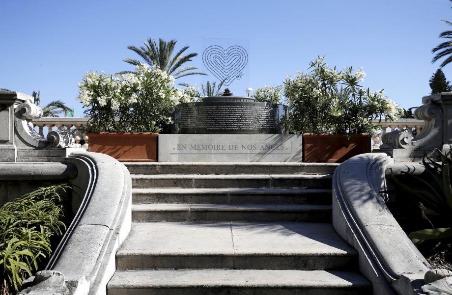 Le mémorial provisoire installé dans les jardins de la Villa Masséna.
