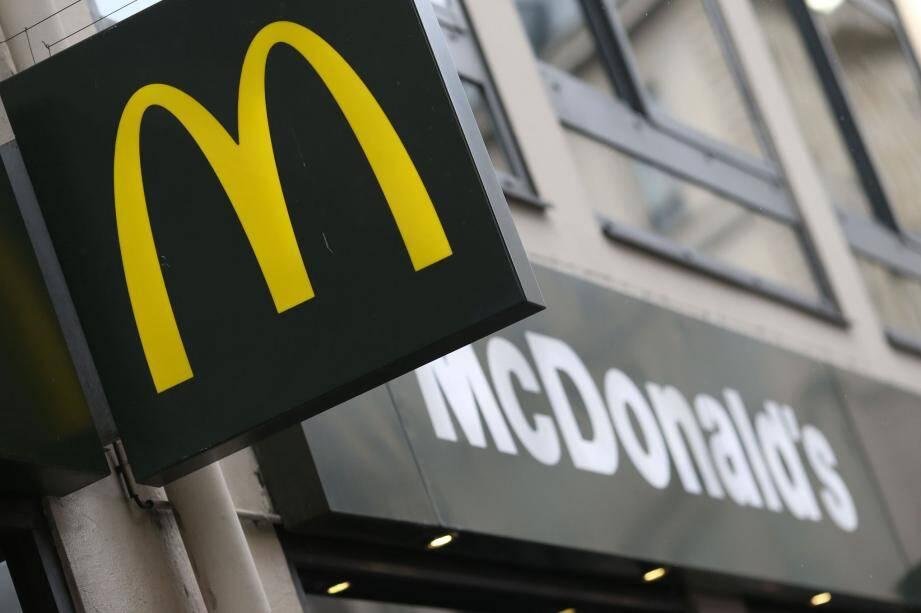La devanture d'un restaurant McDonald's.