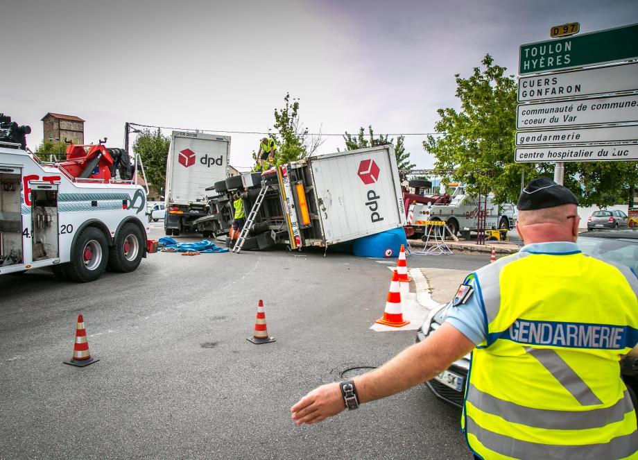 La remorque du camion s'est couchée sur la chaussée.