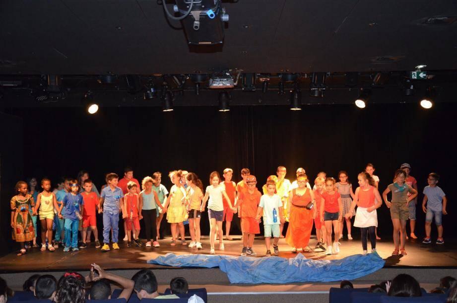 Une quarantaine d'élèves ont bien incarné leur rôle sur la scène du théâtre Daner.