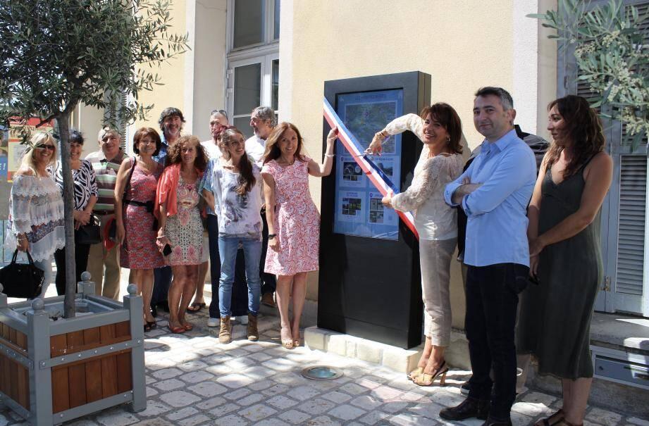 Dominique Estrosi-Sassone, Patricia Demas et le conseil municipal, entourés des acteurs locaux valorisant le tourisme sur le territoire.