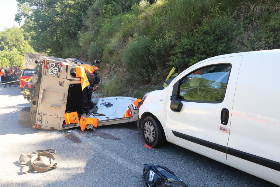 Pour extraire le conducteur blessé du Land Rover militaire, les sapeurs-pompiers ont dû procéder à une  désincarcération.