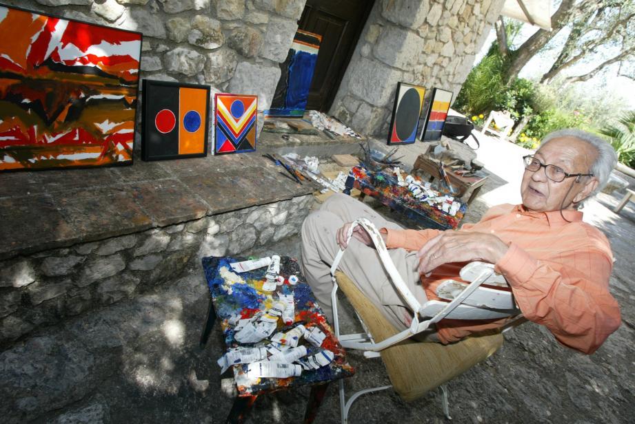 Raza dans son atelier, à Gorbio.