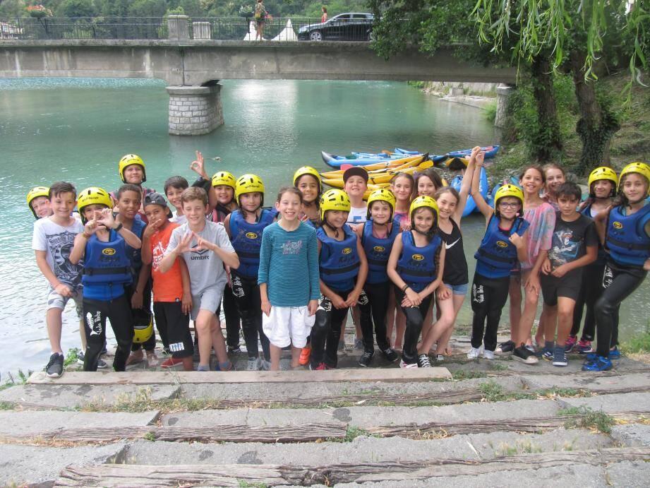 Les écoliers au bord du lac de Breil.