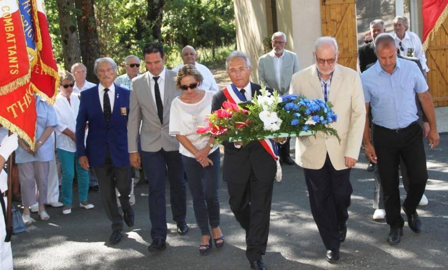 MM. Morandi (président Souvenir Français et UNC Mougins), Weisser (conseiller au Cannet), Mme Duhalde-Guignard (conseillère départementale), MM. Lopinto (adjoint Mougins), Russo (1er adjoint), Amrane (président collectif Harkis 06).