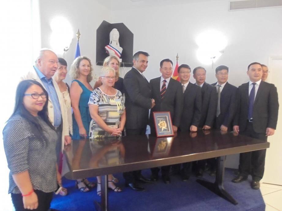 La délégation de Fang Cheng Gang est venue s'inspirer de la politique de tourisme à Mandelieu-La Napoule.