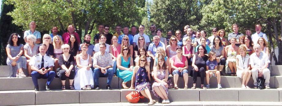 Personnels enseignants et administratifs, rejoints par les invités, se sont réunis pour témoigner leur amitié aux partants.
