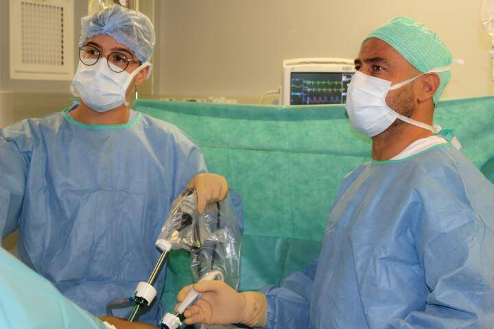 Grâce au PlasmaJet, nouvel instrument chirurgical, les kystes peuvent être traités sans risque de lésions des tissus ovariens.