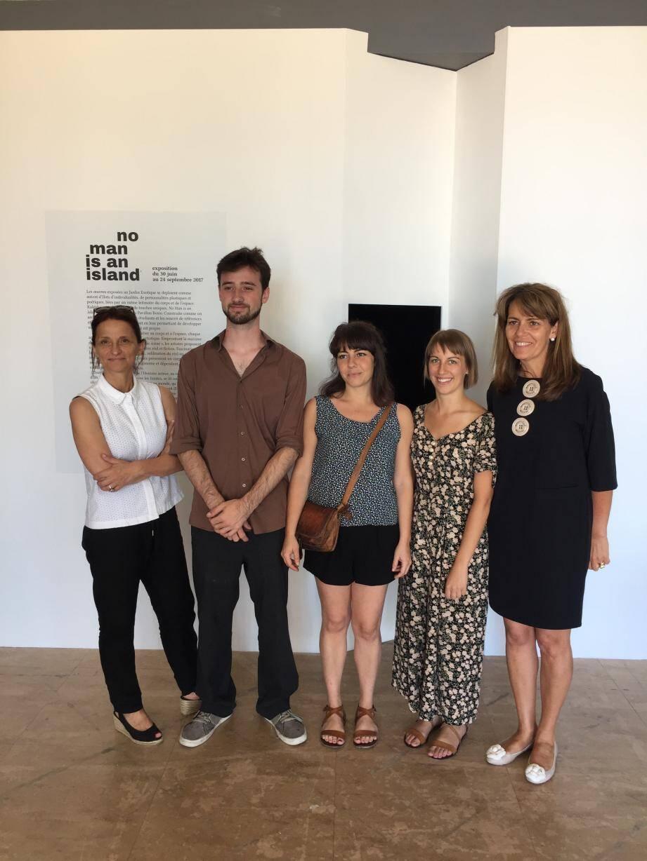 Entre la directrice Isabelle Lombardot, et l'élue déléguée à la Culture, Françoise Gamerdinger, trois des élèves qui ont réalisé le projet : Maxime Decouard, Sophie Blet et Axelle Terrier.