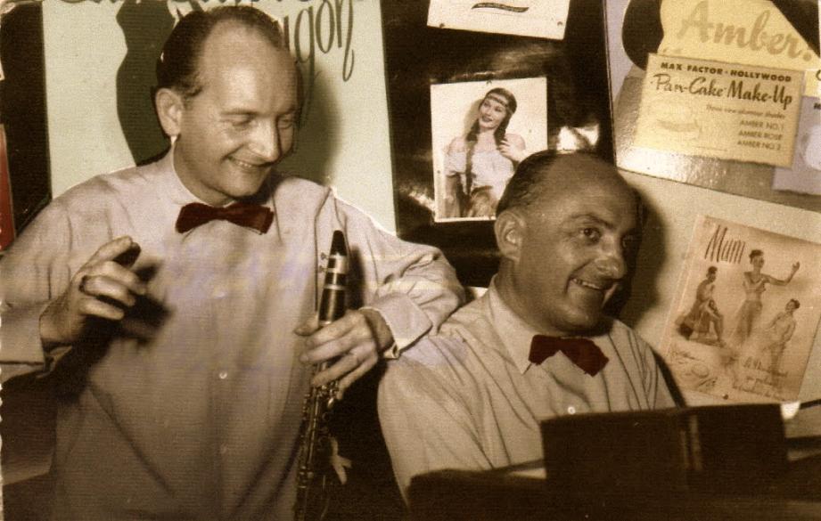 Fernand Jourdain et Louis Unia dans le studio d'enregistrement du Casino.