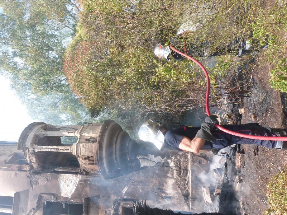 Une cinquantaine de sapeurs-pompiers se sont mobilisés, hier, pour éteindre les foyers de l'incendie situés dans la bâtisse  ainsi qu'à l'avant et à l'arrière de celle-ci.