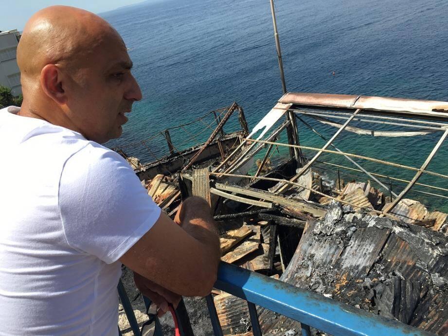 Kia a participé à la rénovation. Il découvre les dégâts, atterré.