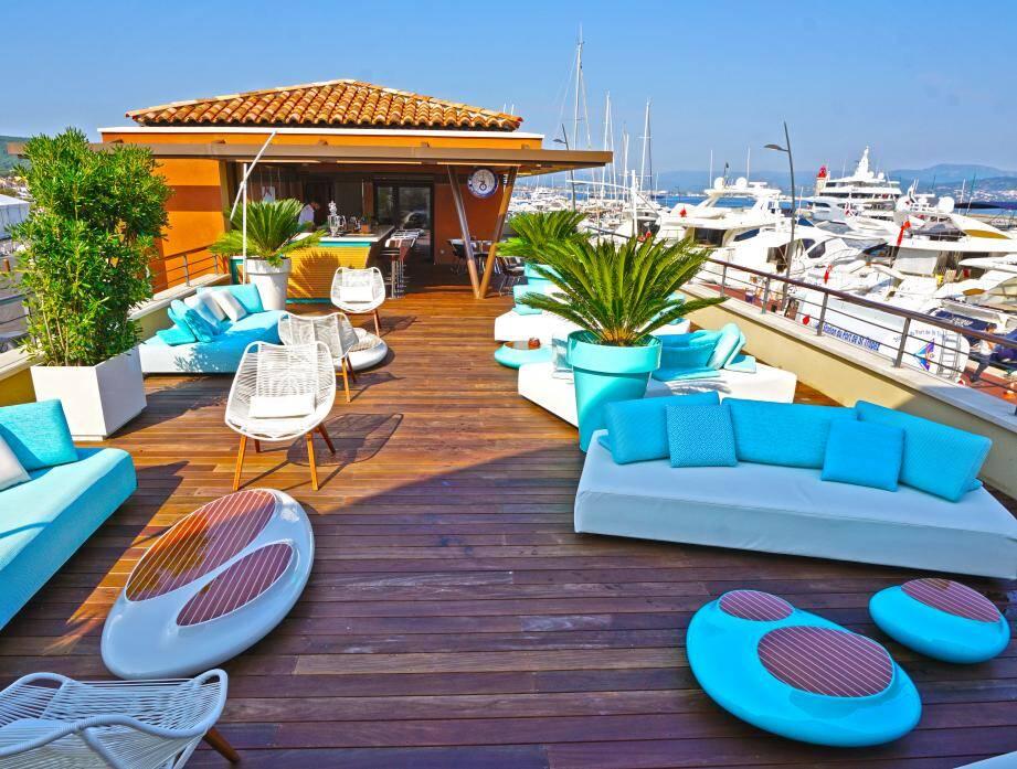 Aux couleurs Riva, la terrasse du lounge de la capitainerie. Un endroit très « réservé ».