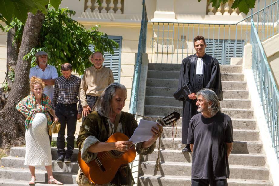 Déambulant à travers le village, les comédiens de l'Aventure Théâtre Compagnie de Luc Girerd.