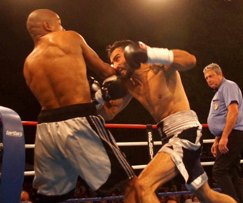 Treizième victoire dans un contexte difficile pour le Varois José Gomez (à droite) sur le ring marseillais.