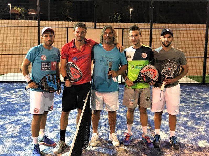 Les finalistes messieurs et le directeur du tournoi, avant de disputer l'ultime rencontre.