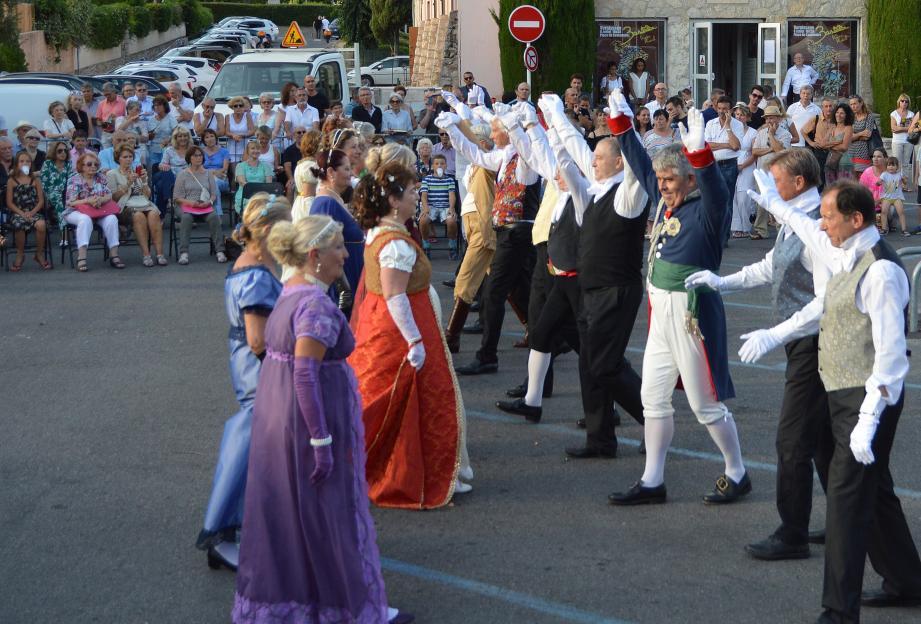 Des danses de l'époque napoléonienne sur le parvis de la salle des fêtes pour animer l'inauguration de l'exposition.