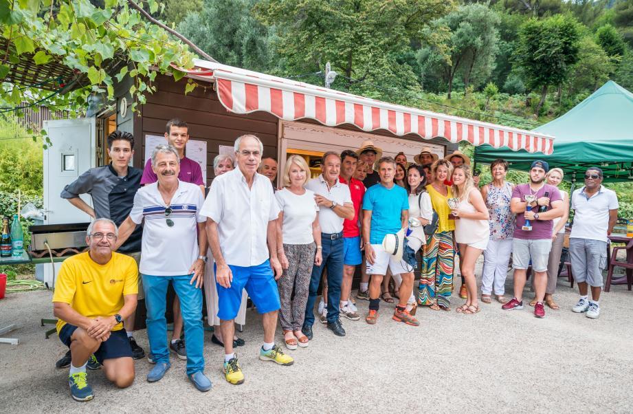 La sympathique remise des prix devant le chalet gastronomique en présence des joueurs et des élus.