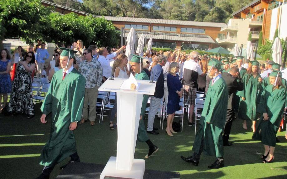 Les récipiendaires du diplôme de fin d'étude en habits traditionnels de cérémonie.